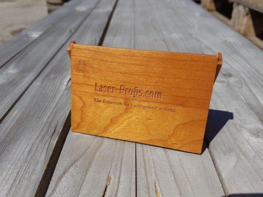 Visitenkartenetui aus Holz mit Gravur