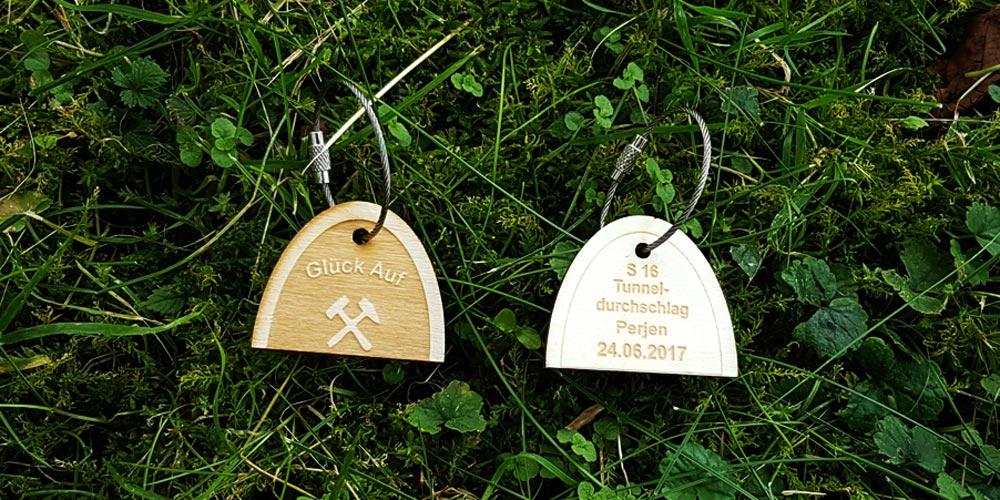 Holz Schlüsselanhänger graviert mit Edelstahlring