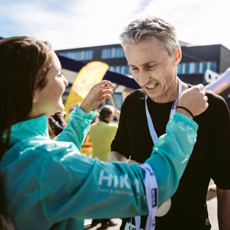 Medaille Holz Halbmarathon Übergabe