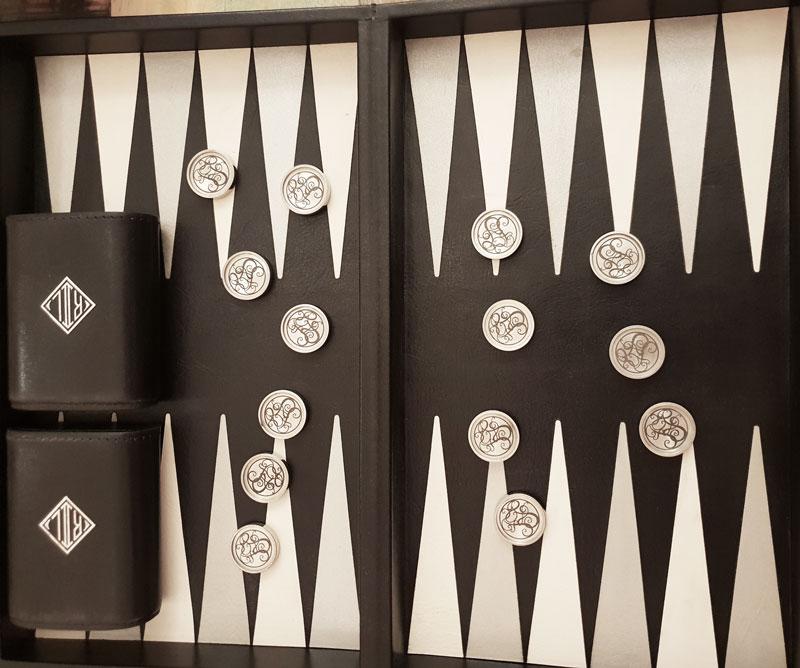 Backgammon Steine aus Edelstahl mit Logogravur